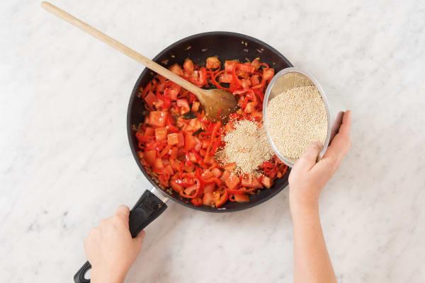 Quinoa und Gewürzmischung zufügen