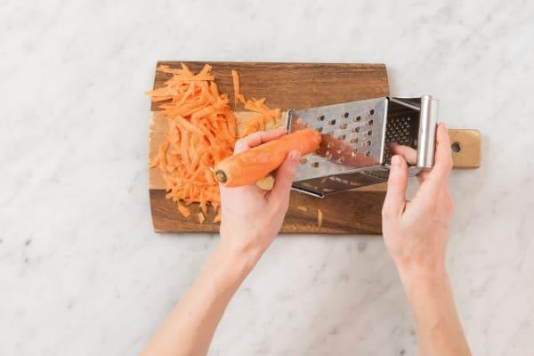 Karotten schälen und mit einer Gemüsereibe grob raspeln