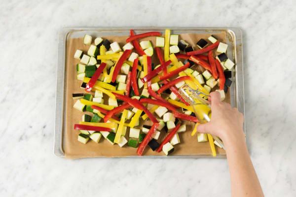 Gemüse auf einem Backblech verteilen