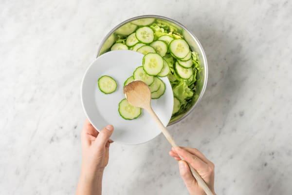 Gurken zum Salat geben