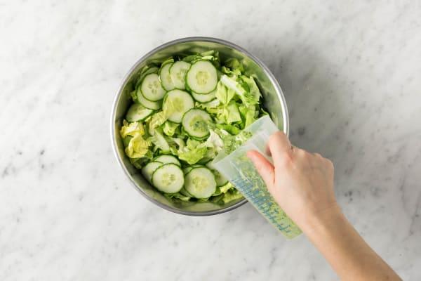 Dressing und Salat mischen