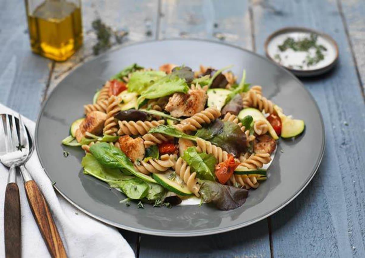 Lauwwarme pastasalade met kipfilet, zongedroogde tomaten en mesclun