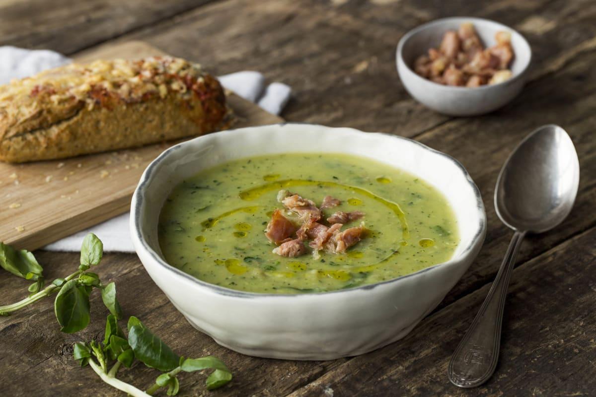 Waterkers-courgettesoep met serranoham en Mediterraan kaasbroodje