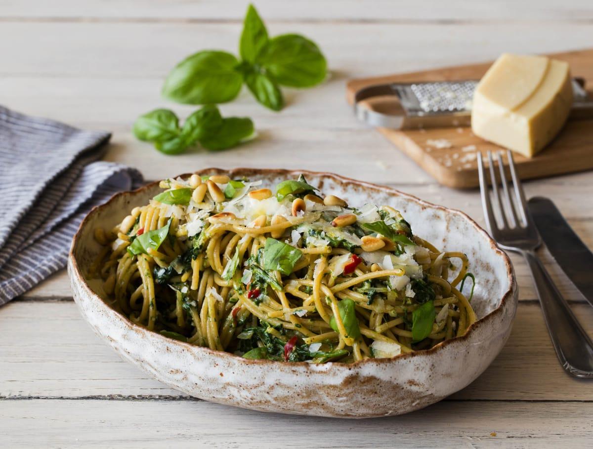 Spaghetti integrale met spinazie-pestosaus en  Parmigiano Reggiano