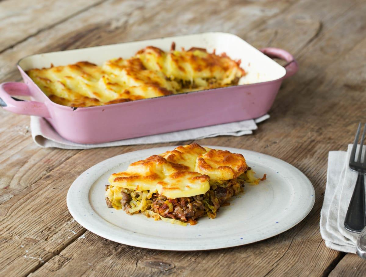 Gehakt-preischotel uit de oven met aardappelen en belegen kaas