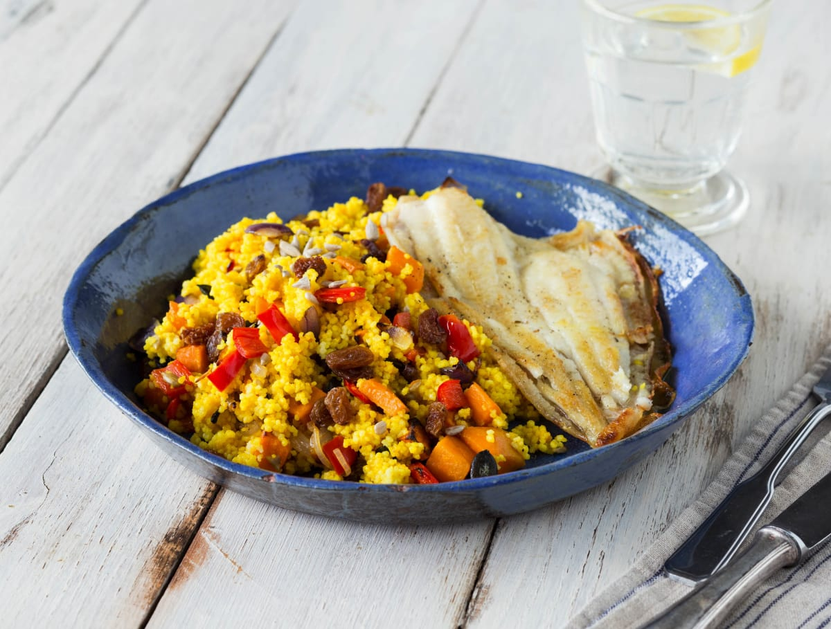 Scholfilet met couscous, groenten en rozijnen-pittenmix