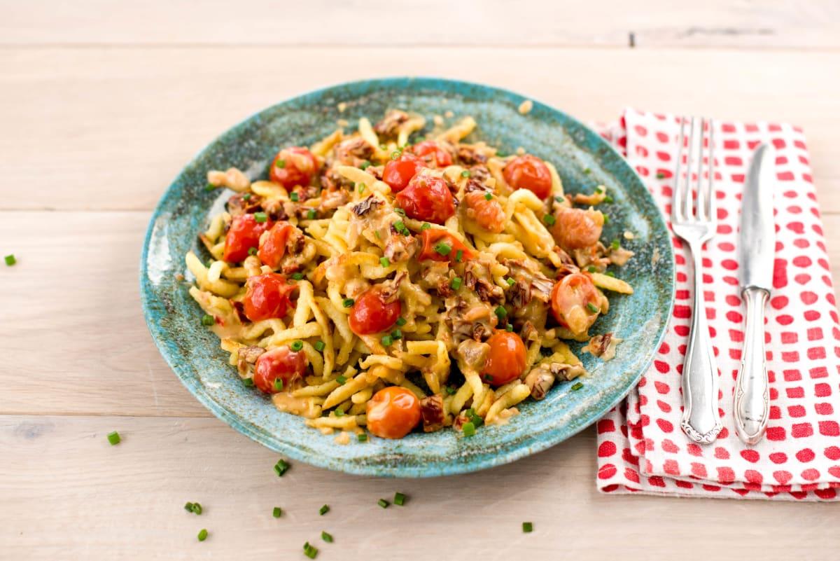 Gebratene Spätzle mit Tomaten-Sahne-Soße Rezept | HelloFresh