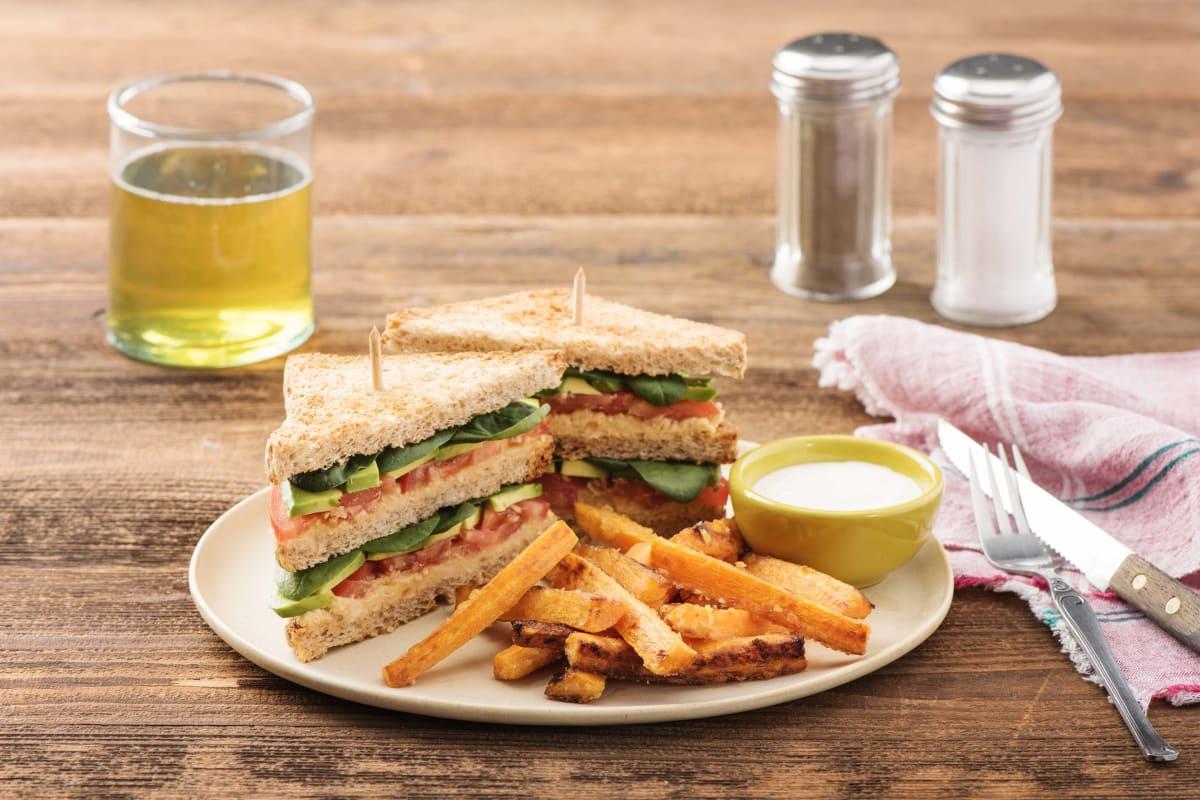 Grünes Club-Sandwich mit selbstgemachtem Hummus