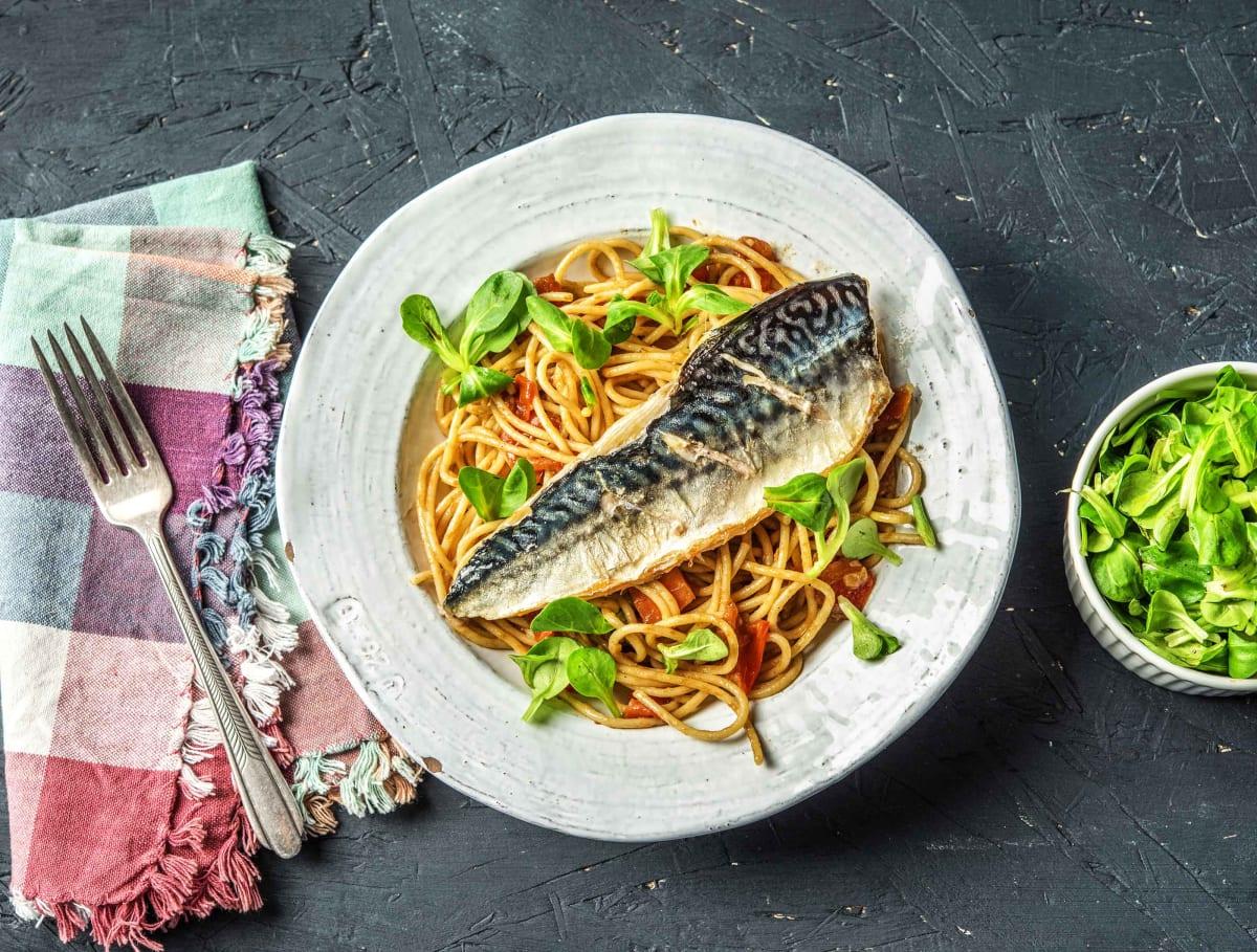 Verse makreel met tomatenspaghetti, knoflook, citroen en ansjovis