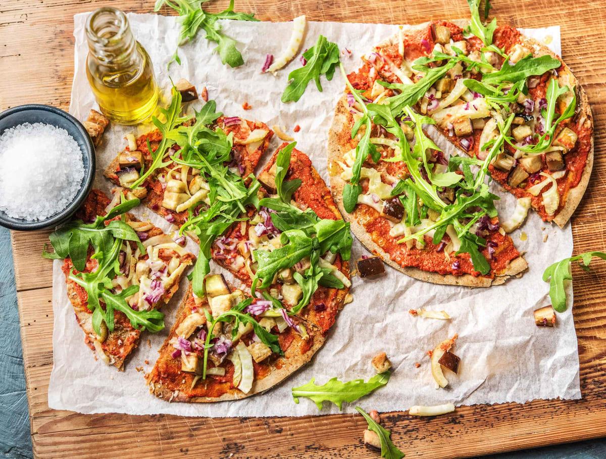 Platbroodpizza met aubergine, venkel, Grana Padano en ricotta