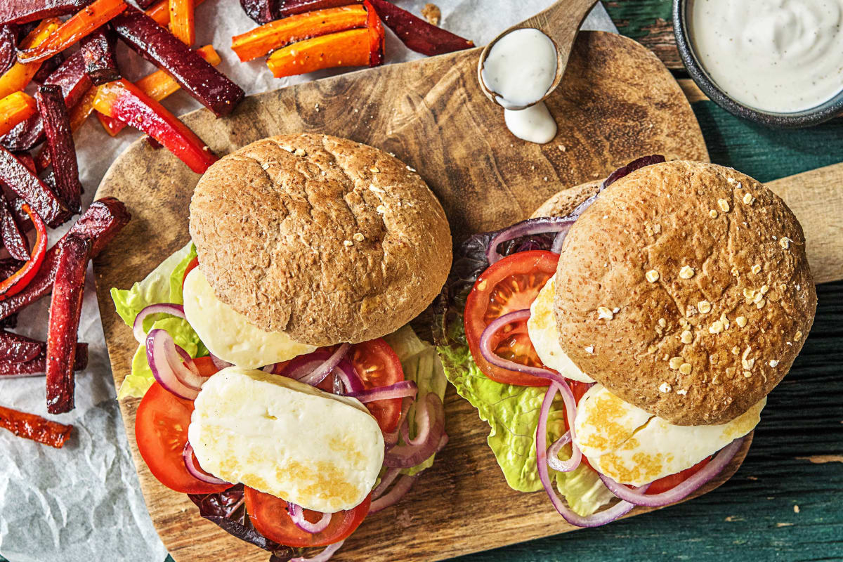 Halloumi-Burger mit Gemüsesticks,