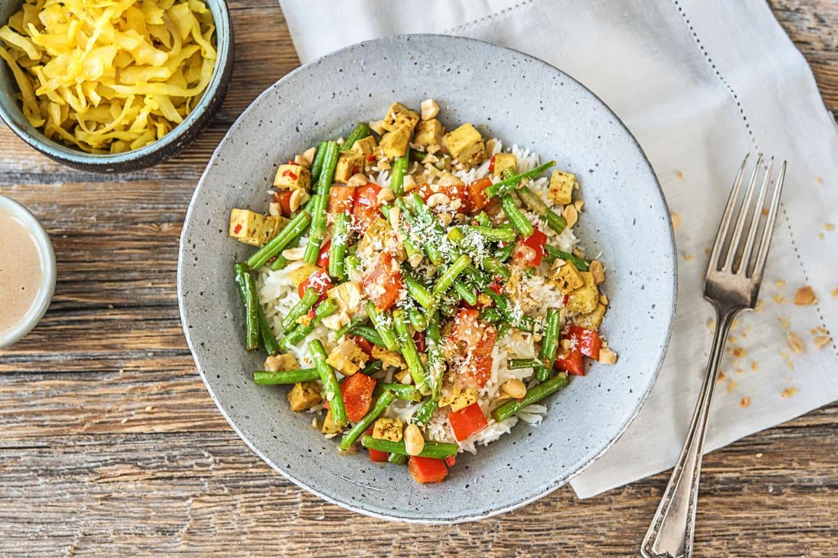 Kruidige tofu met rijst, groenten en pindasaus
