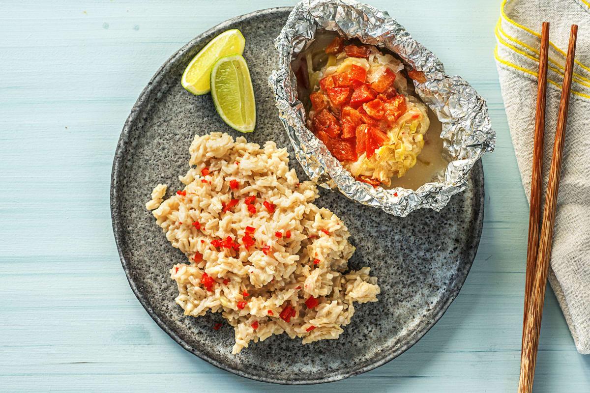 Oosters vispakketje met prei en tomaat
