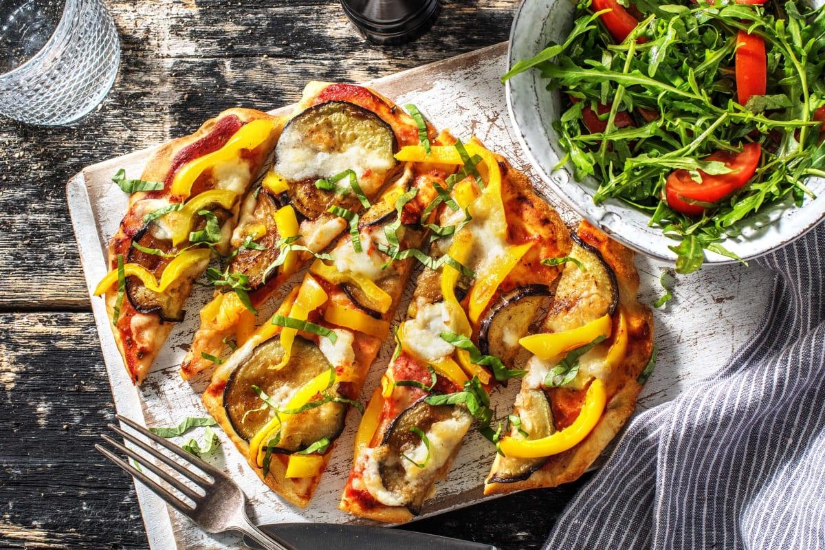 Pizza sur pain naan avec de l'aubergine et de la mozzarelle