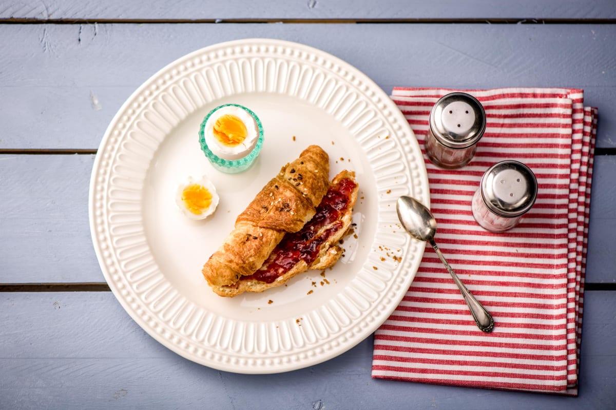 Croissant met een gekookt eitje