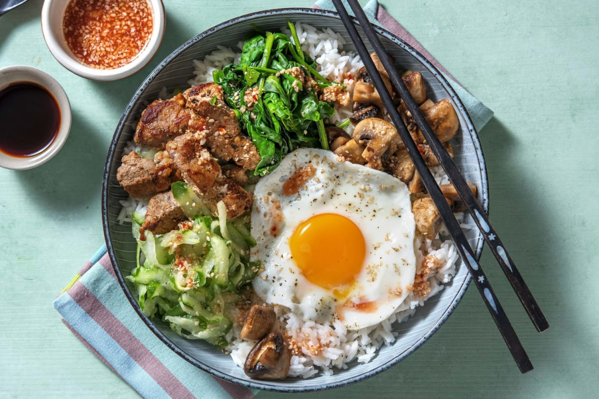 Koreaanse bibimbap met varkenshaasreepjes