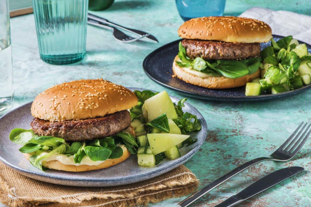 Broodje hamburger met zomerse meloensalade