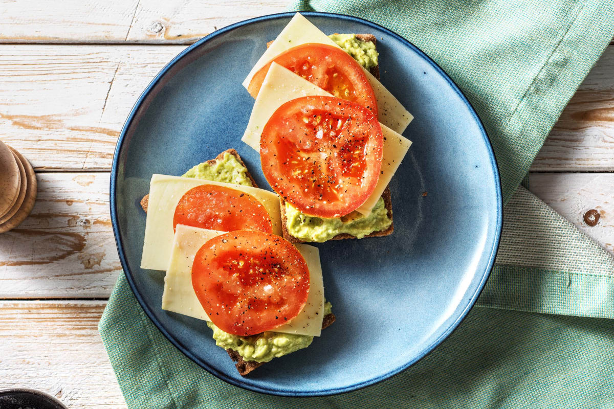 Vezelrijke crackers met avocado, oude kaas en tomaat