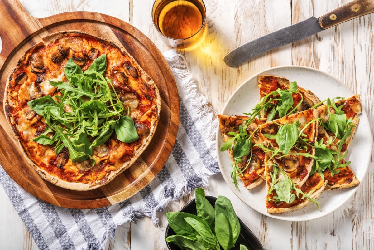 Pizza funghi sur pain plat