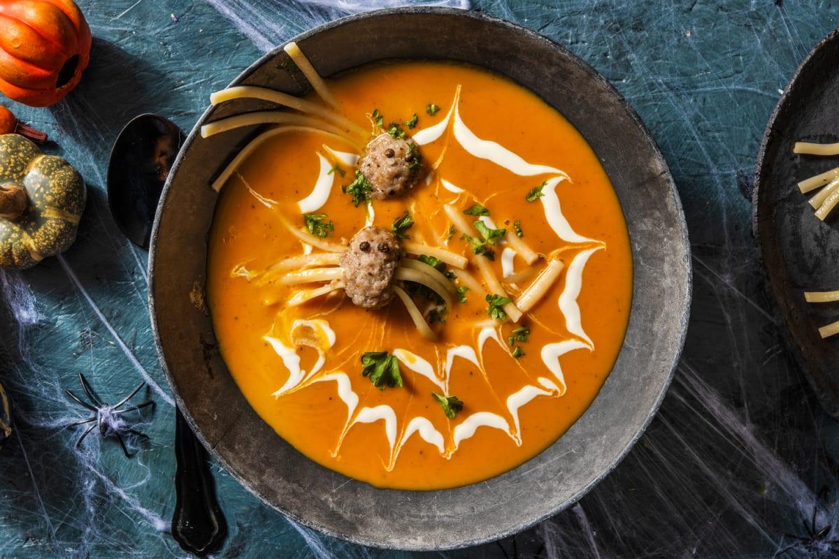 Soupe d'Halloween et ses boulettes de viande « araignées »