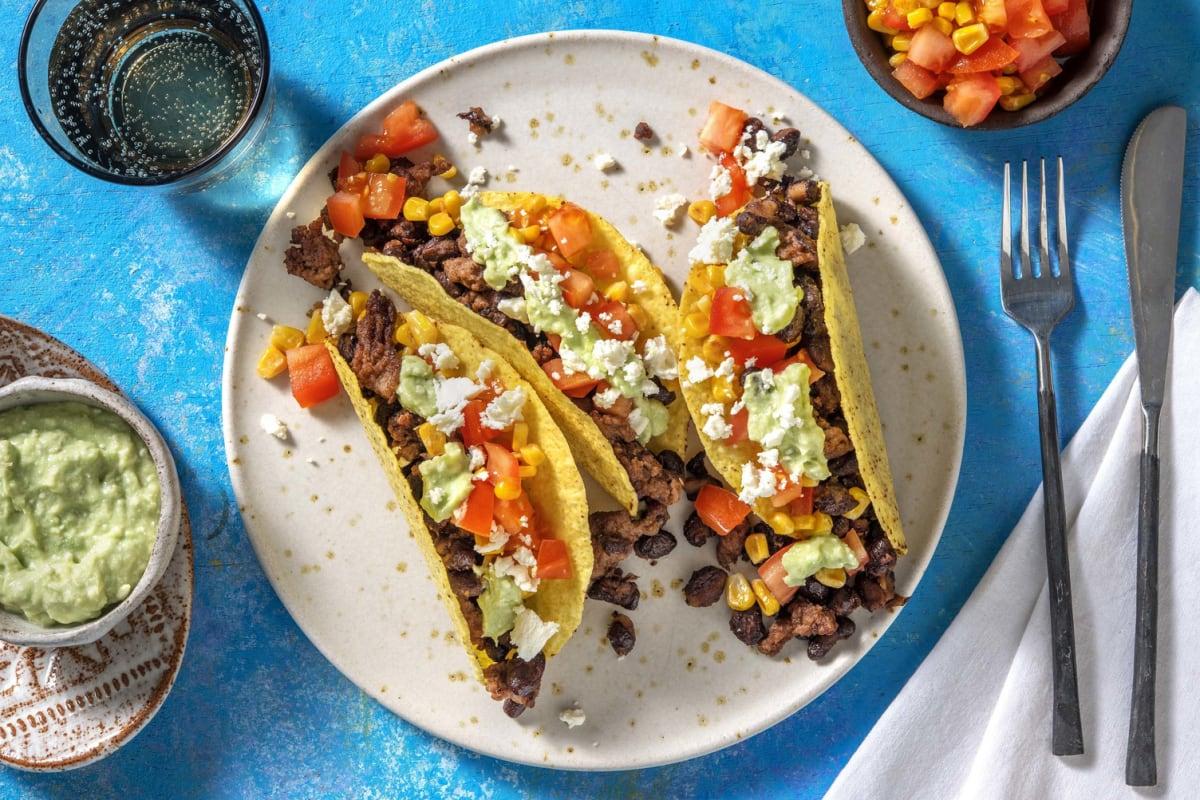 Tacos avec de la viande hachée et une sauce avocat-feta