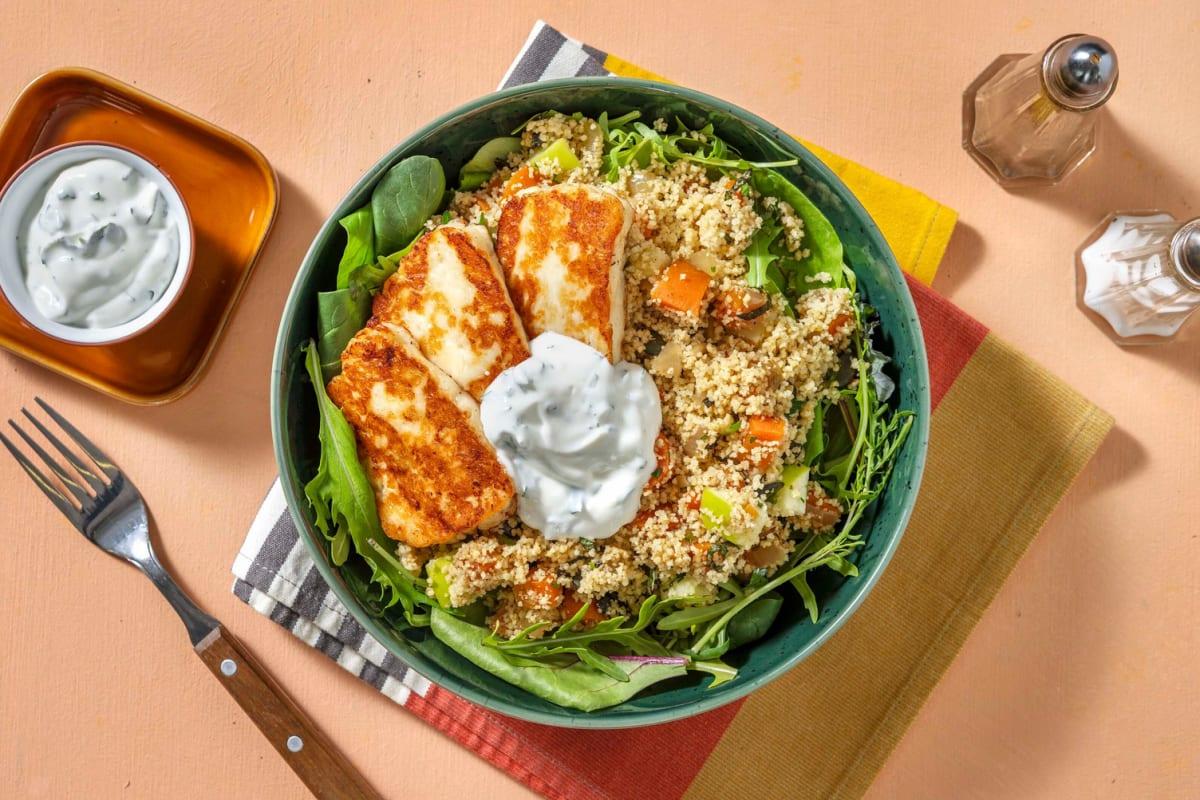 Semoule complète en salade préparée avec du halloumi et de la carotte