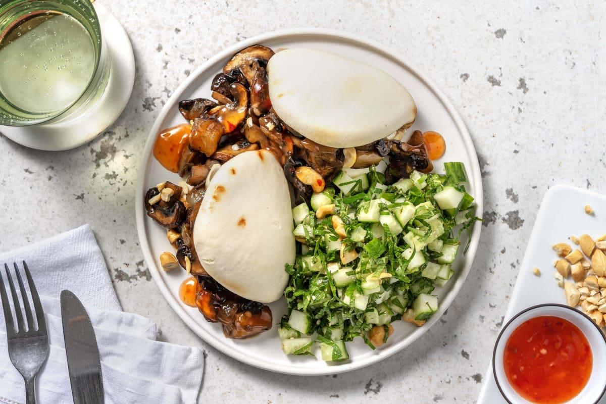 Vegan bao buns gevuld met aubergine en champignons