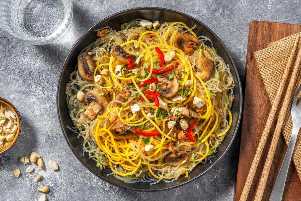 Thai-Glasnudelsalat mit Karottenspaghetti getoppt