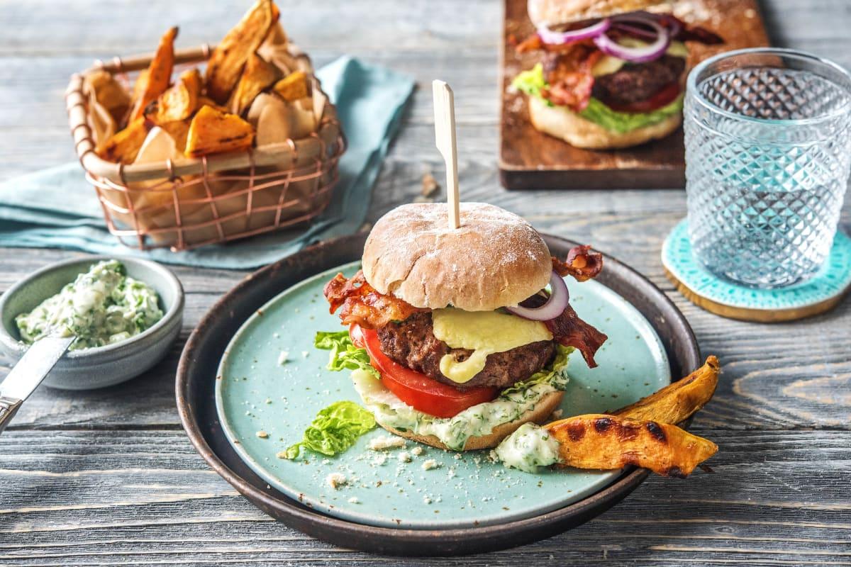 American Beef-Burger aus 100 % Rindfleisch mit Bacon und Kräuter-Aioli
