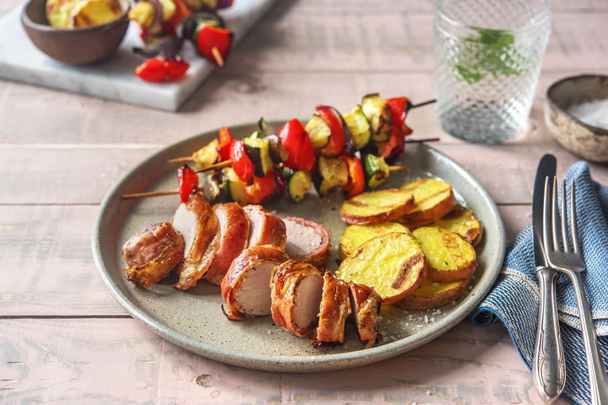 Klassisches Schweinefilet in gegrilltem Bacon-Mantel mit Gemüsespießen