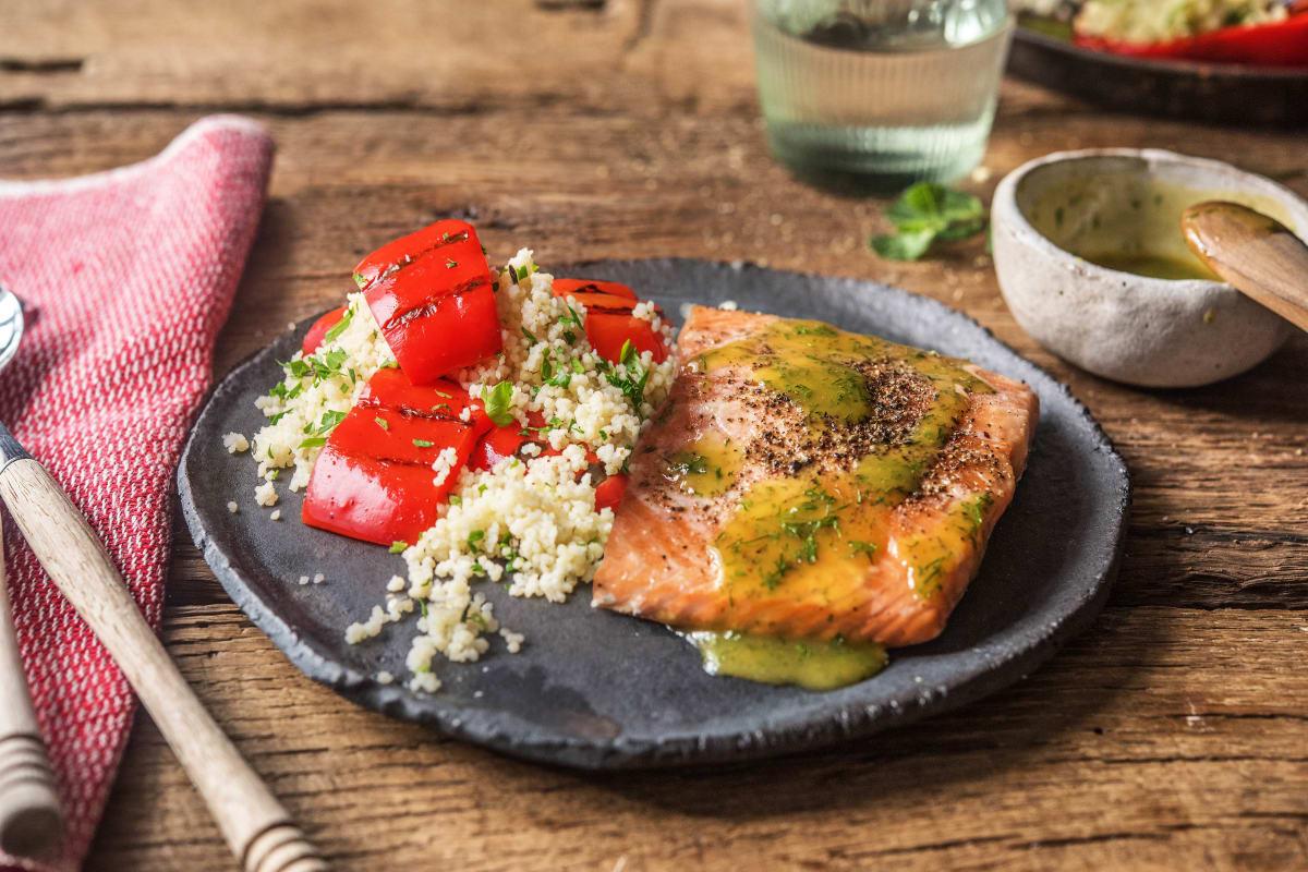 Zartes Lachsfilet mit fluffigem Spitzpaprika-Couscous-Salat