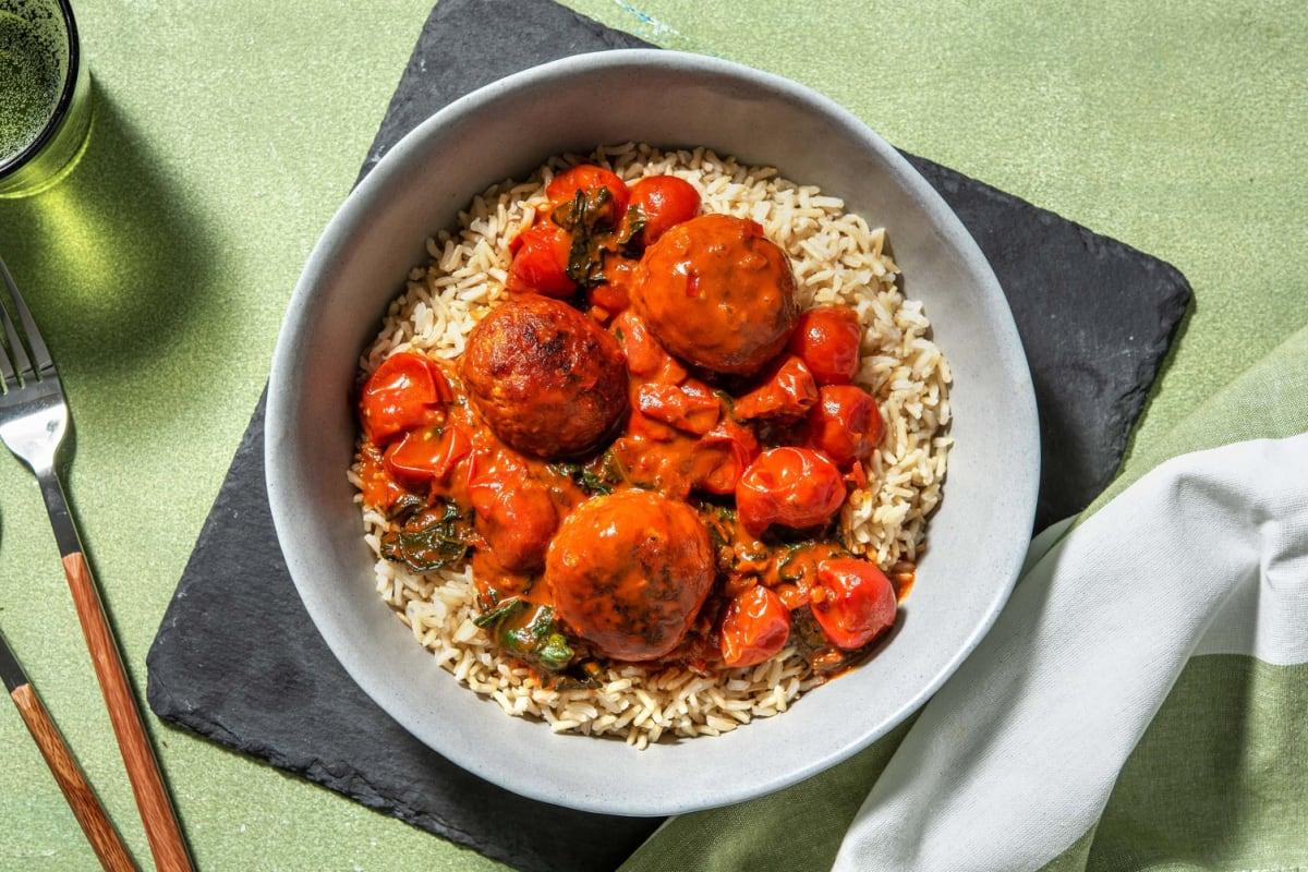 Oosterse kipgehaktballetjes in tomaten-kokossaus