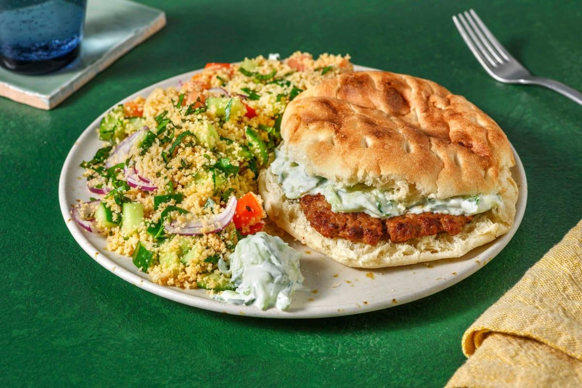 Gekruide rundsburger op een Turks broodje