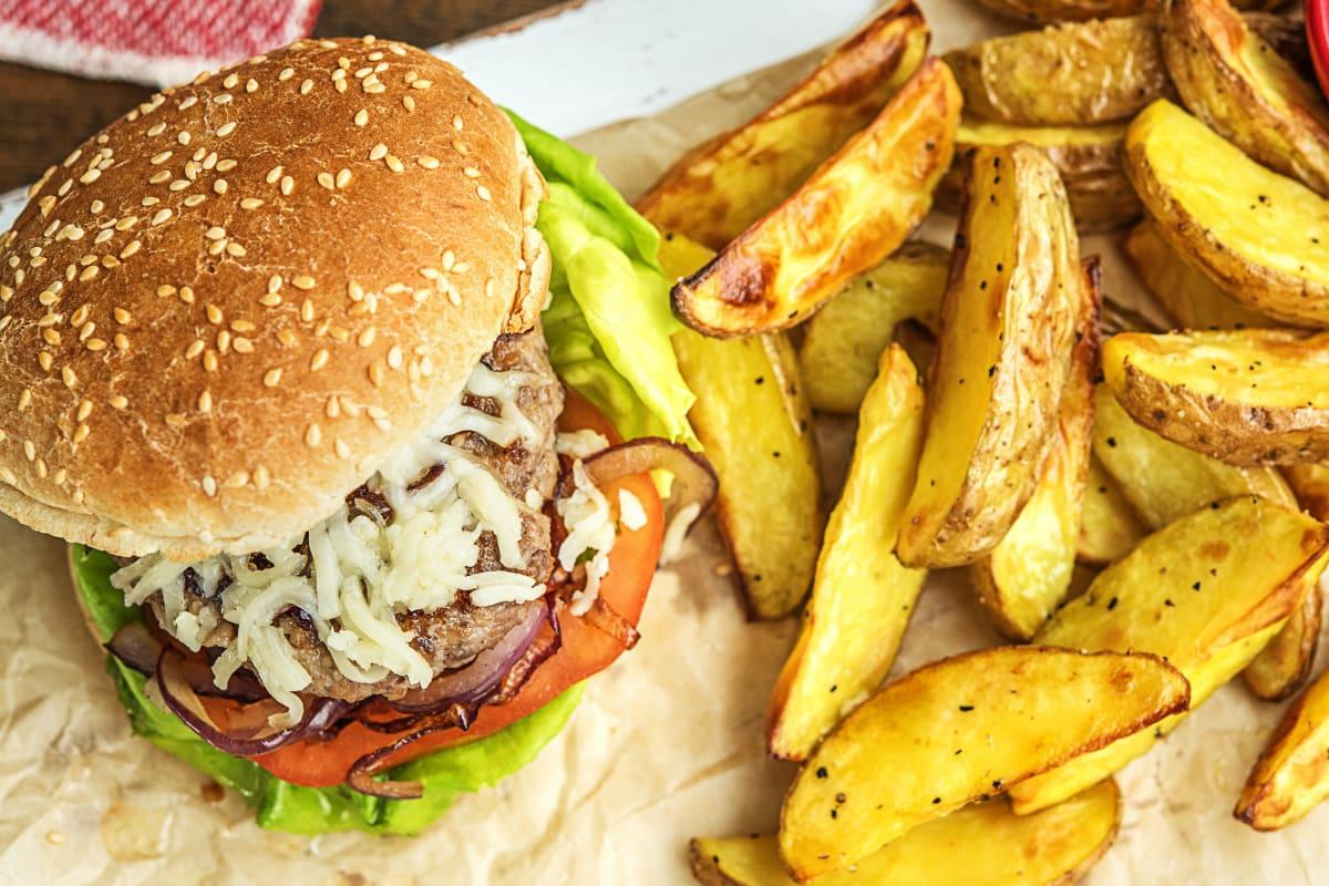 Cheeseburger met tomaat en cheddar