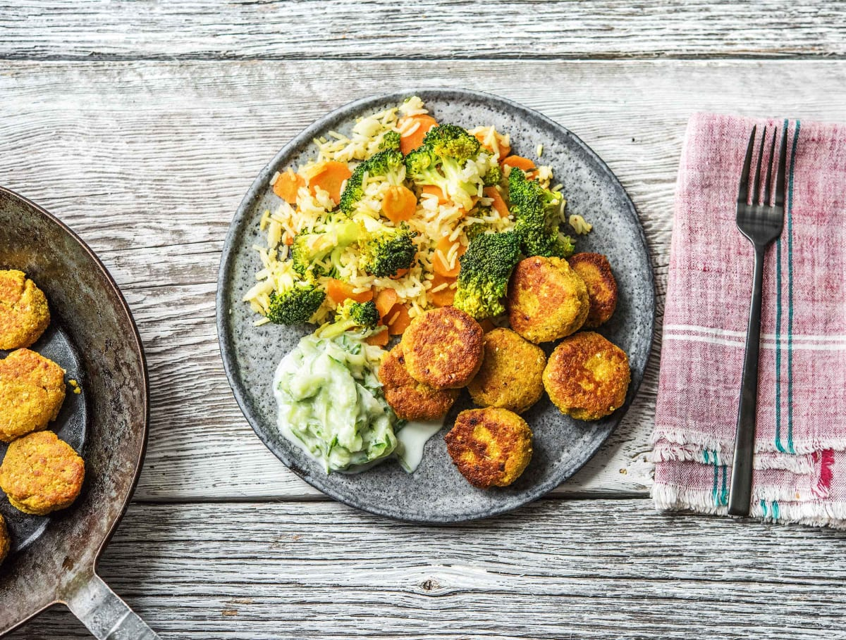Gebakken rijst met groenten, falafel, frisse tzatziki, currykruiden en harissa