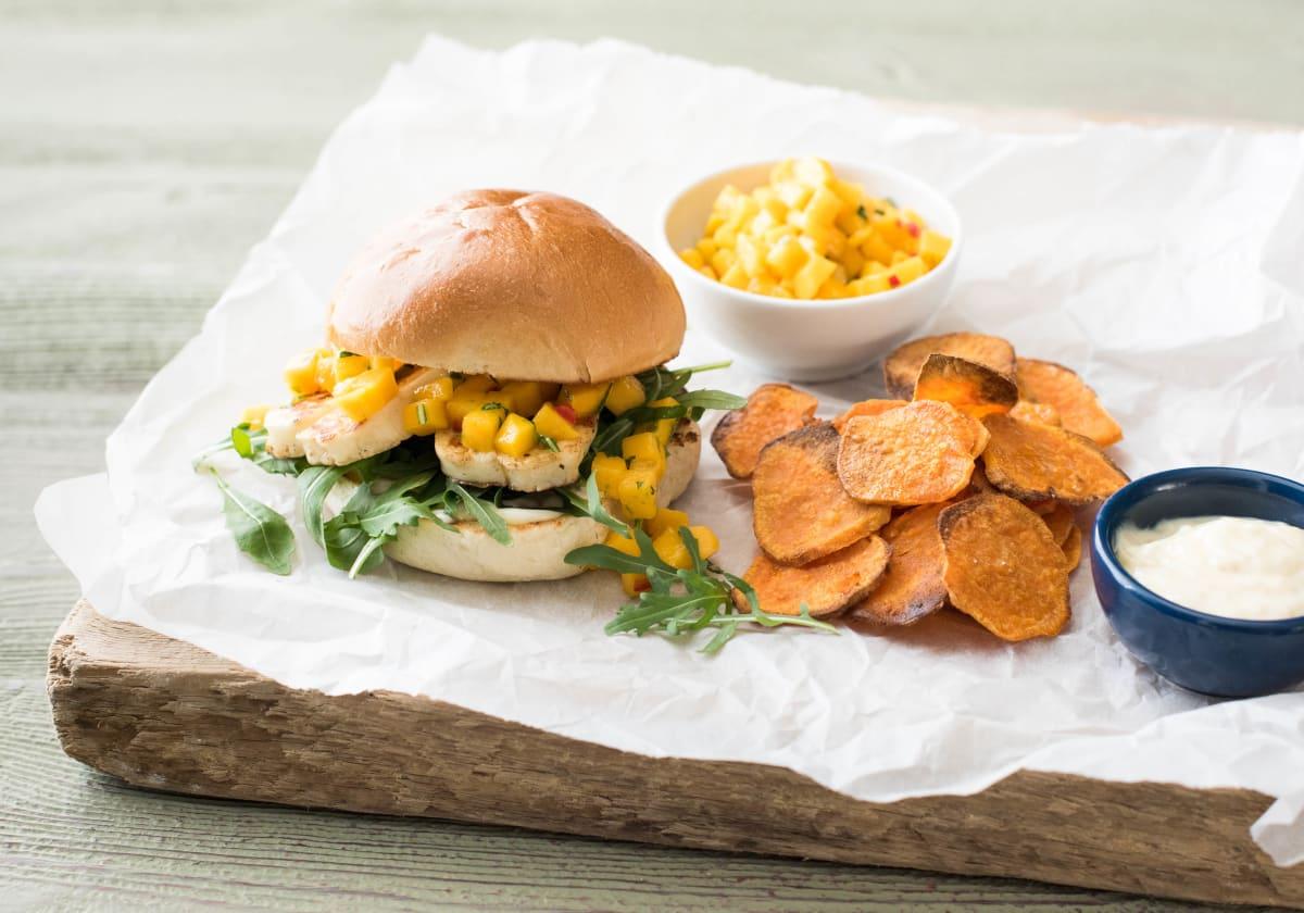 Halloumi-Burger mit Mango-Salsa, dazu selbstgemachte Süsskartoffelchips und Sesam-Mayonnaise