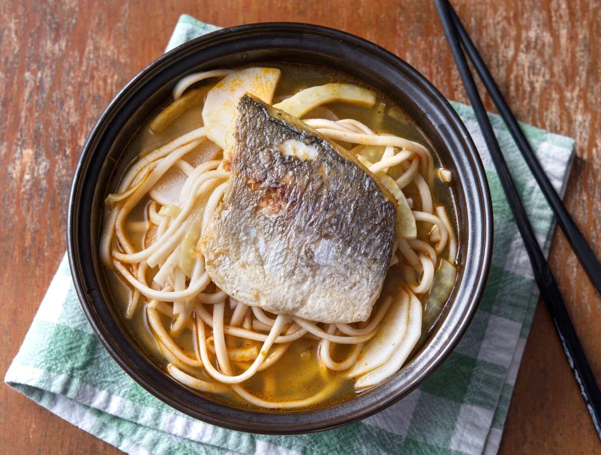 Heldere Thaise currysoep met rammenas en gebakken vis
