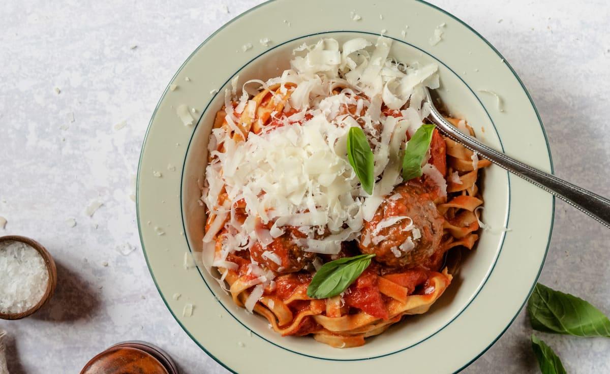 Italiensk tomatsås med köttbullar