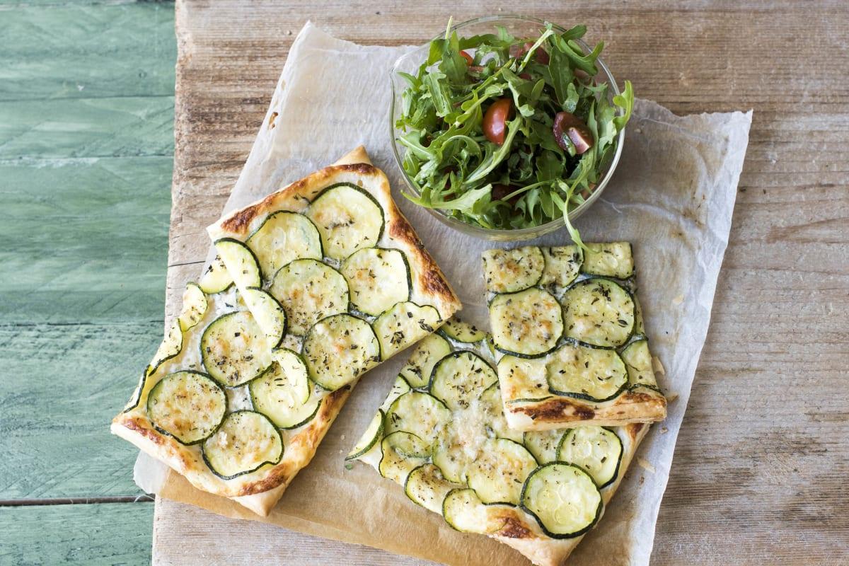 Mediterrane Zucchini-Tarte mit Ziegenfrischkäse und Kräutern,