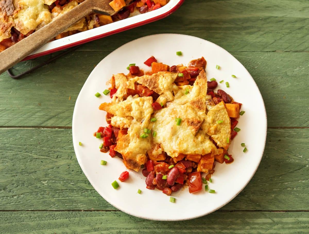 Plat mexicain cuit au four accompagné de haricots rouges et de cheddar