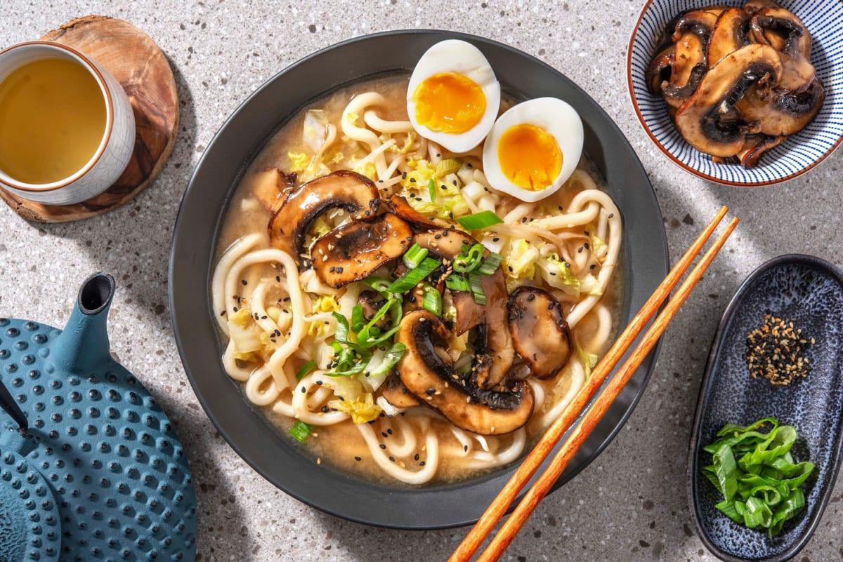Snelle miso-udon met portobello en een gekookt ei