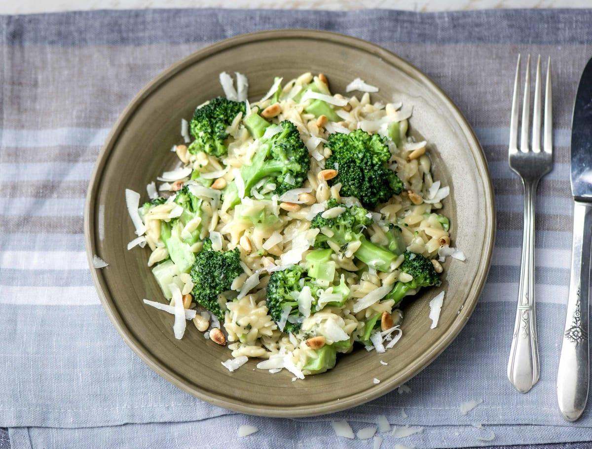 Orzo met broccoli, pecorino en pijnboompitten