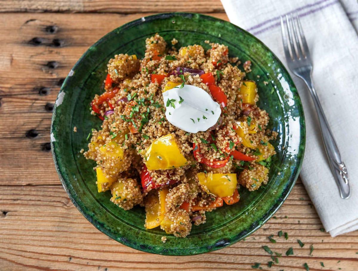 Quinoa met ovengroenten, amandelen, yoghurt en verse koriander