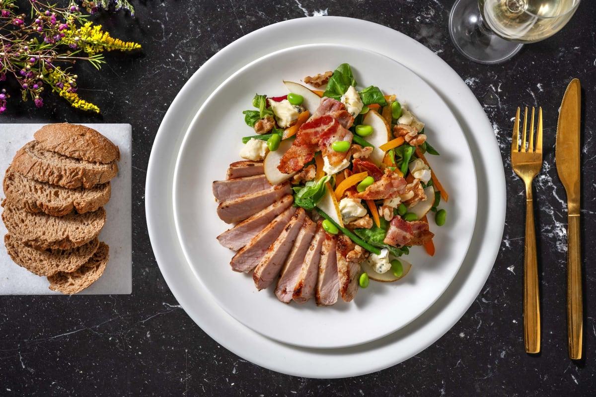 Rijkgevulde salade met varkensfilet, peer en blauwe kaas