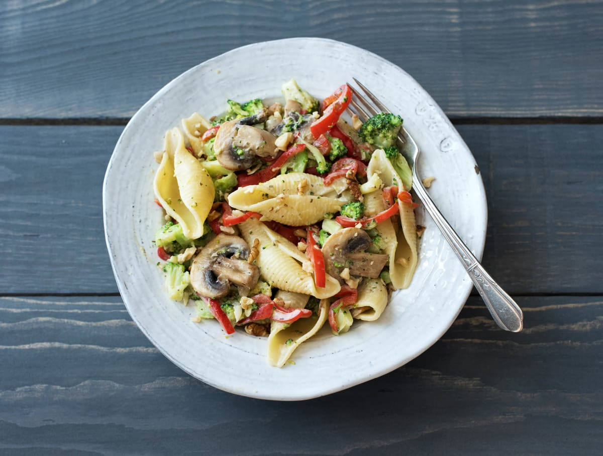 Romige conchigli met groenten, kruidenroomkaas en pecannoten
