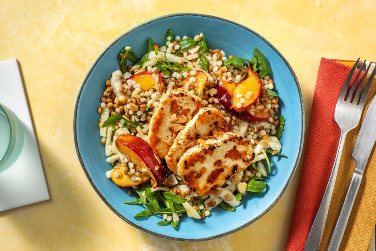 Salade met geroosterde nectarine en halloumi