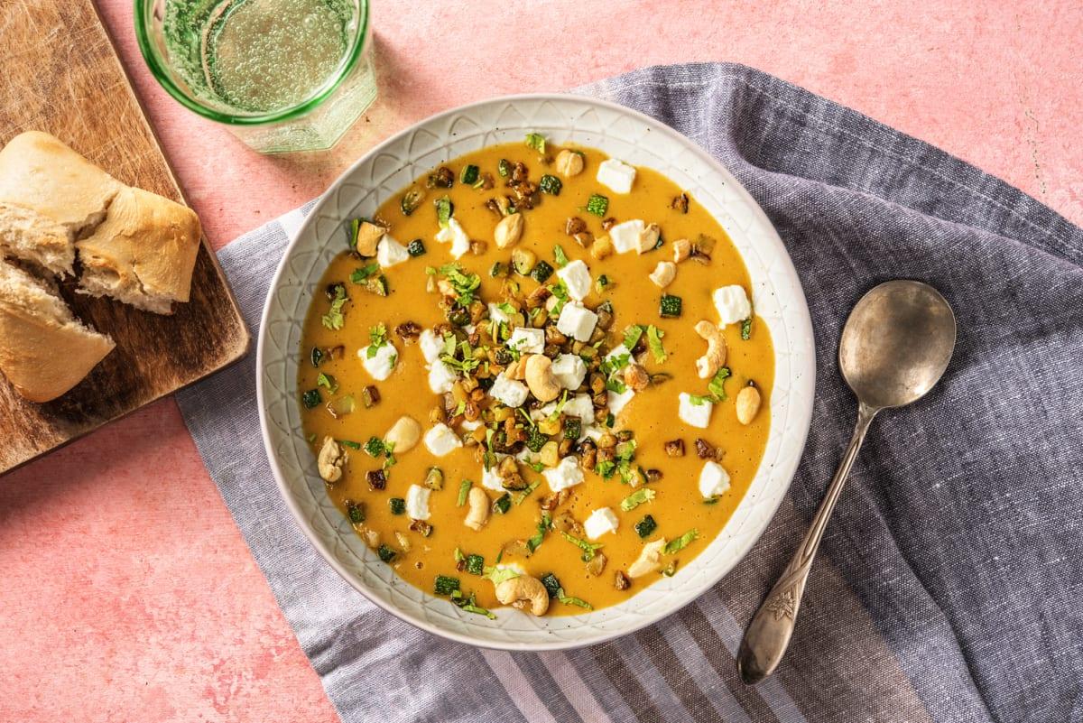 Zoete-aardappelsoep met witte kaas en cashewtopping