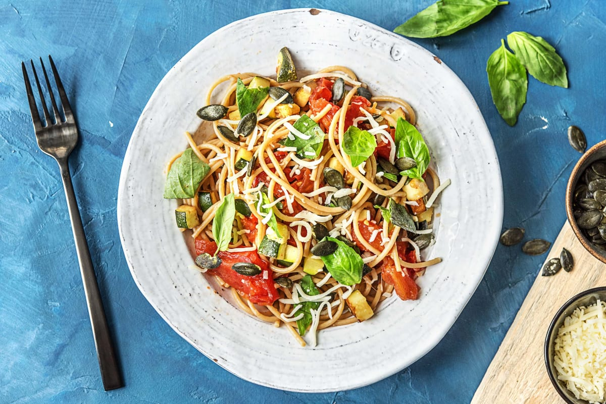 Spaghetti aglio olio met oude kaas, tomaat, courgette en basilicum