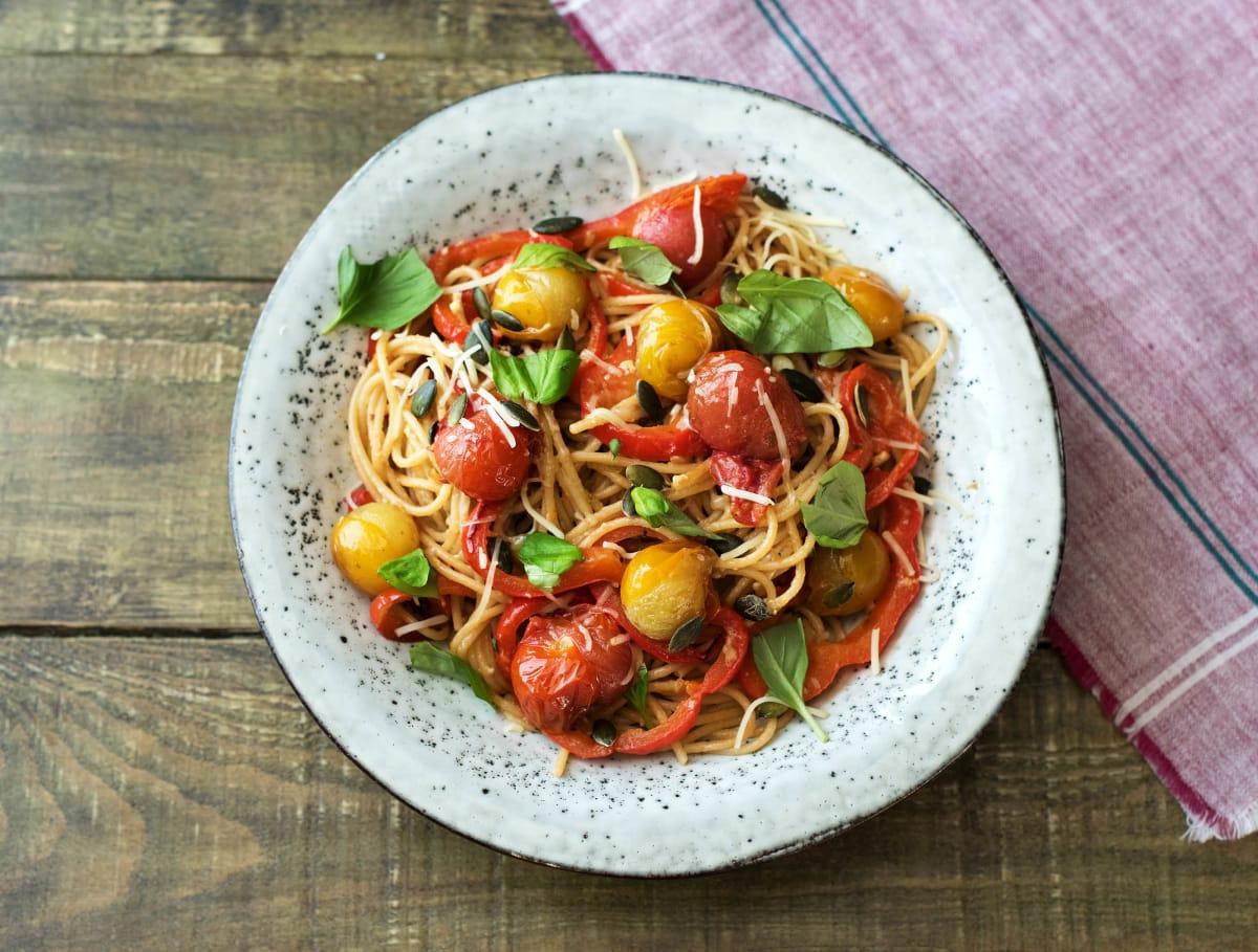 Spaghetti integrale met tomaat, gruyère en pompoenpitten