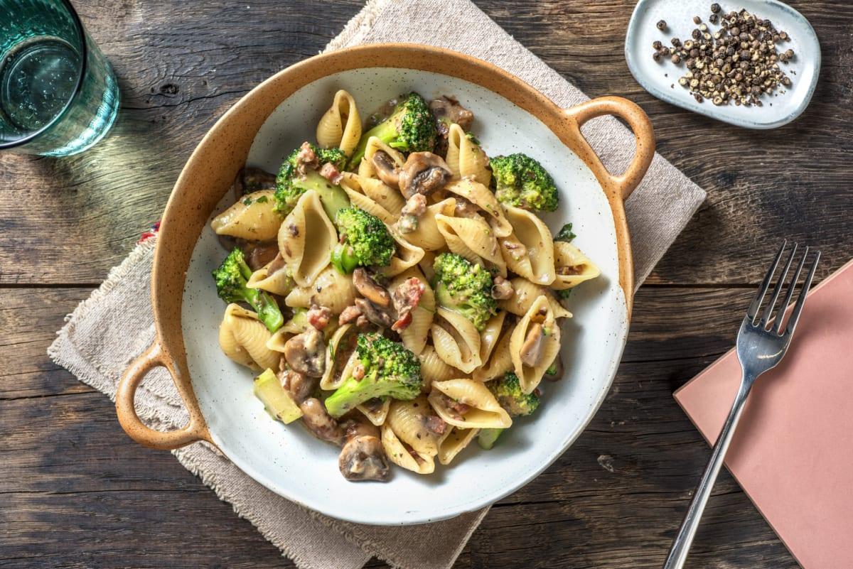 Verse conchiglie met broccoli en spek